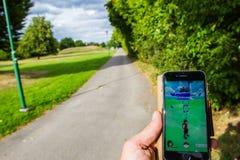Звероловство Pokémon в парке стоковое фото