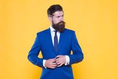 Зверская простота мысли   Человек уверенного бизнесмена красивый бородатый в официальном костюме Успешный стоковое фото
