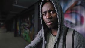 Зверский Афро-американский портрет человека в подполье вечером сток-видео