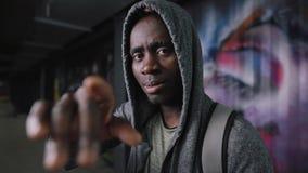 Зверский Афро-американский портрет человека в подполье вечером акции видеоматериалы