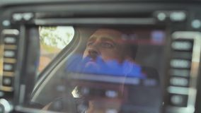 Зверский бородатый человек управляет автомобилем на фоне волн музыки игрока видеоматериал