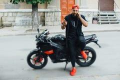 Зверский и мышечный велосипедист бороды на мотоцикле Стоковые Фото