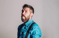 Зверский кавказский битник с усиком Мужчина с бородой Бородатый зверский человек человек Зрелый хипстер с бородой лучей стоковое фото rf