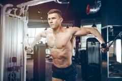 Зверский кавказский комод тренировки культуриста в спортзале Стоковое Изображение RF