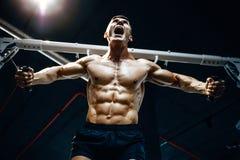 Зверский кавказский комод тренировки культуриста в спортзале Стоковые Фото