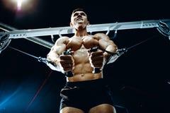 Зверский кавказский комод тренировки культуриста в спортзале Стоковые Фотографии RF