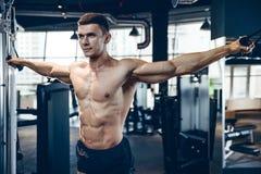 Зверский кавказский комод тренировки культуриста в спортзале Стоковые Изображения RF