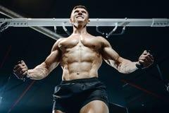 Зверский кавказский комод тренировки культуриста в спортзале Стоковая Фотография RF