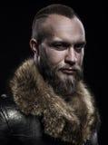 Зверский красивый угрюмый небритый человек с длинными бородой и усиком стоковые фотографии rf