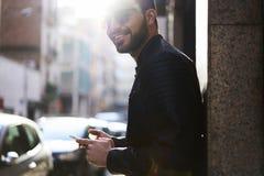 Зверский парень в кожаной куртке и солнечных очках стоковые изображения