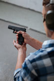 Зверский профессиональный marksman перезаряжая его оружие Стоковое фото RF