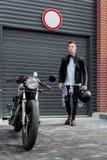 Зверский человек около его мотоцилк таможни гонщика кафа Стоковые Фотографии RF