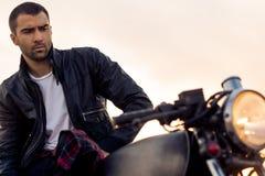 Зверский человек сидит на мотоцилк таможни гонщика кафа Стоковые Фотографии RF