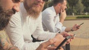 3 зверских бородатых люд используют их телефоны видеоматериал