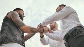3 зверских люд с бородой приветствуют один другого с рукопожатием видеоматериал
