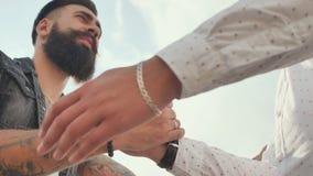 2 зверских люд с бородой приветствуют один другого с рукопожатием сток-видео