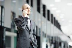 Звонить по телефону бизнесмена Стоковое Изображение