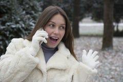 звонить по телефону детенышам женщины Стоковое Фото