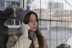 звонить по телефону детенышам женщины Стоковые Фотографии RF