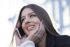 звонить по телефону детенышам женщины Стоковые Изображения