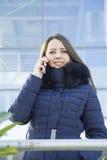 звонить по телефону детенышам женщины Стоковая Фотография