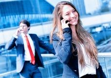 Звонить по телефону младшего администратора динамический снаружи ее офиса Стоковые Фото