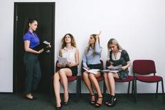 Звонки босса женщины для интервью стоковая фотография