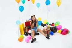 Звонки дня рождения женщины fielding, stting с большими воздушными шарами и настоящими моментами Стоковое фото RF