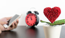 Звонок влюбленности датировка на концепции smartphone стоковое фото