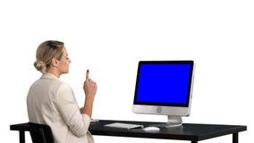 Звонок дела видео-, коммерсантка имея видеоконференцию, белую предпосылку Дисплей модель-макета голубого экрана стоковые фото