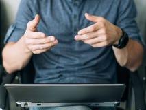Звонок ноутбука онлайн человека собеседования для приема на работу говоря видео- стоковые фото