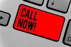 Звонок показа знака текста теперь Схематическое фото немедленно для того чтобы связаться персона используя приборы телекоммуникац стоковые изображения rf