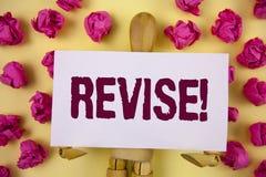 Звонок проверки показа знака текста мотивационный Схематическое фото пересматривает что-то улучшить его обзор написанный на липко стоковое изображение rf