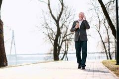 Звонок счастливого зрелого бизнесмена отвечая Стоковая Фотография RF