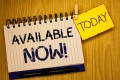 Звонок текста сочинительства слова доступный теперь мотивационный Концепция дела для наличия продукта обслуживания продвижения стоковая фотография rf