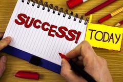 Звонок успеха текста почерка мотивационный Выполнение достижения смысла концепции некоторой цели написанной отметкой в руке o стоковые фото
