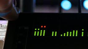 Звукооператор макроса приводится в действие звуковое оборудование для концерта