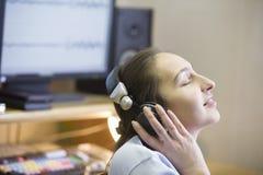 Звукооператор наслаждаясь к музыке Стоковая Фотография
