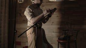 Звукооператор подготавливает этап для концерта сток-видео
