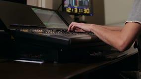 Звукооператор работает с дистанционным управлением акции видеоматериалы