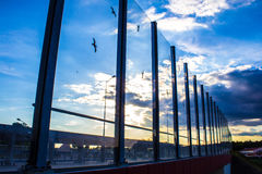 Звукопоглотительный стеклянный экран вдоль дороги в центре города Черные контуры птиц на стекле Справочная информация Стоковые Изображения