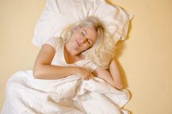 Звук женщины взгляда сверху красивый уснувший стоковое фото rf