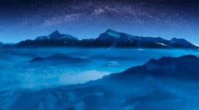 Звёздное небо с млечным путем над гребнем высокой горы Стоковые Изображения RF