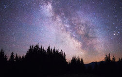 Звёздное небо над землей сценарной стоковое изображение