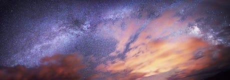 Звёздное небо над землей стоковая фотография rf
