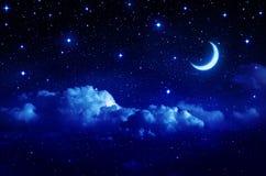 Звёздное небо с полумесяцем в сценарном cloudscape стоковое изображение rf