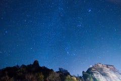 Звёздное небо увиденное от Meteora, Греции стоковая фотография rf