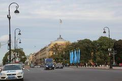 Здание Адмиралитейства и наездник Питер 1 стоковые фотографии rf