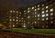 Здание апартаментов на ноче Стоковое Изображение RF