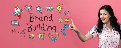 Здание бренда с молодой женщиной стоковое изображение rf